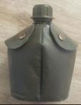 105  KL Veldfles Kunststof met RVS mok + Hoes